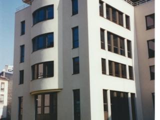 Fenêtre ouverte dans l immeuble de bureaux bleu de gratte ciel